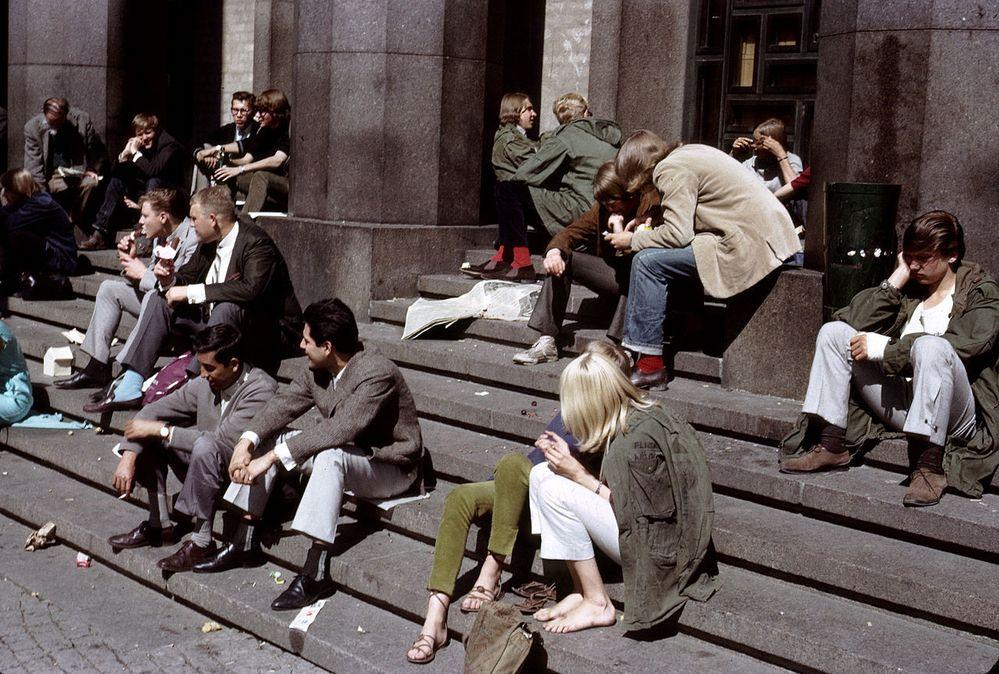 1280px-People_on_the_steps_of_Konserthuset,_Stockholm_(1965).jpg