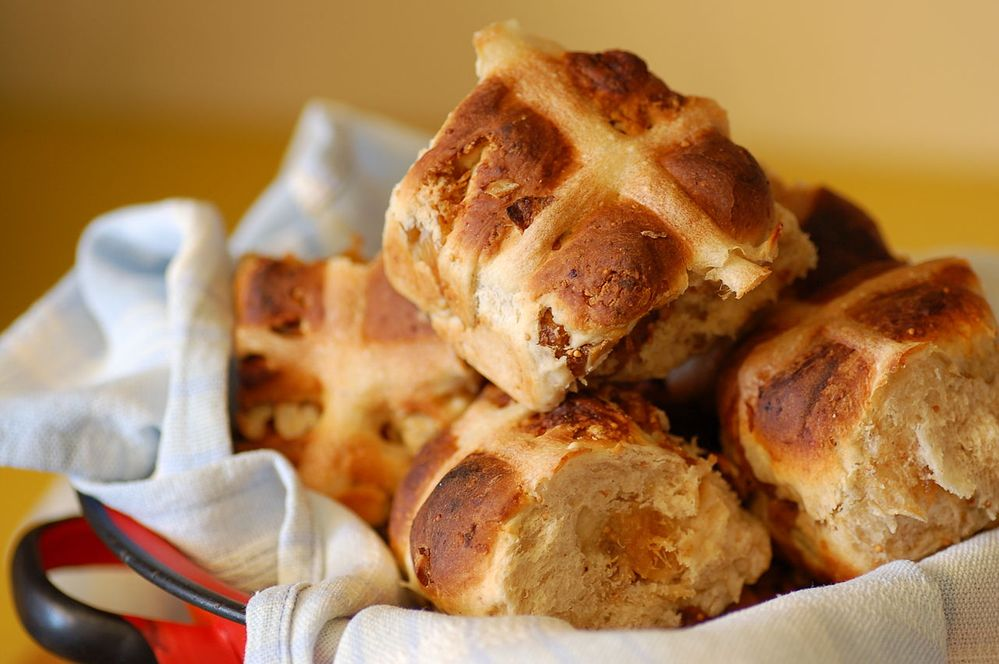 1280px-Hot_cross_buns_-_fig_and_pecan.jpg