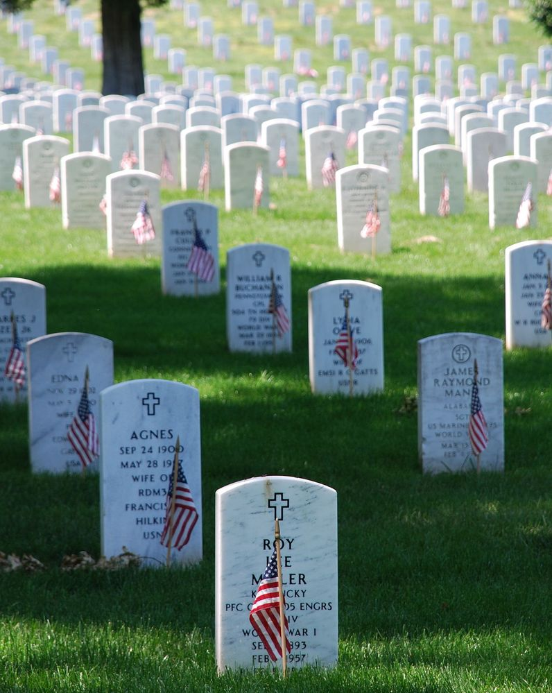 1280px-Graves_at_Arlington_on_Memorial_Day.jpeg