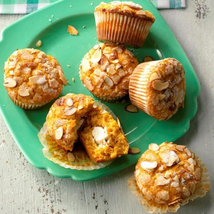 Pumpkin-Surprise-Muffins_EXPS_SDDJ18_14162_D08_03_3b-696x696.jpg