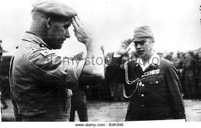 ww2-japanese-surrender-aug-1945-two-commanders-salute-each-other-at-b4k948.jpg