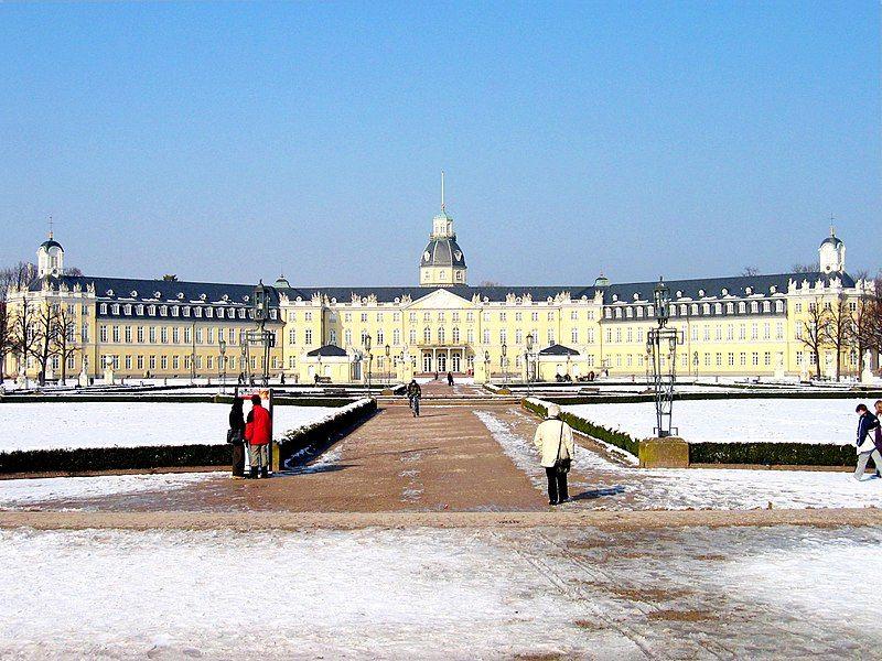 800px-Karlsruhe-Schloss-meph666-2005-Feb-25-pic2 (1).jpg