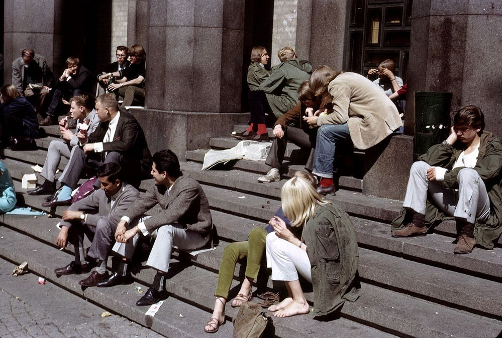 1280px-People_on_the_steps_of_Konserthuset,_Stockholm_(1965).jpg